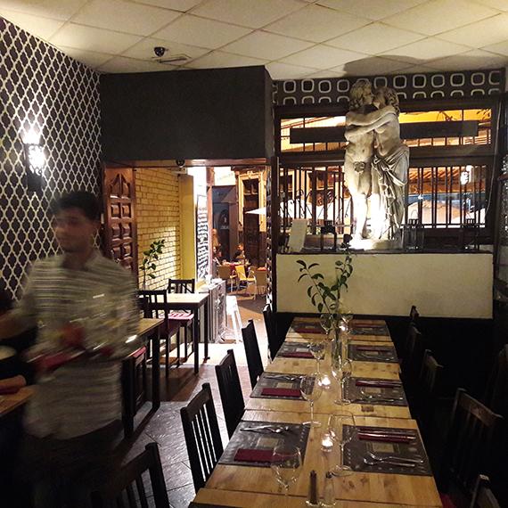 Restaurant Clandestino mit Kellner