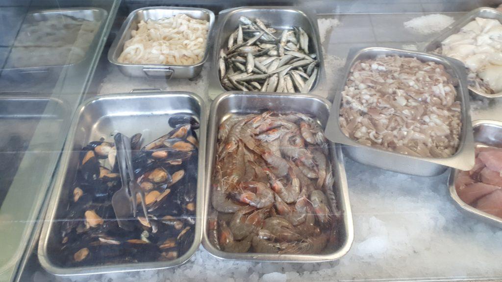 Meeresfrüchte in der Kühltheke im Restaurant Amigo Camilo